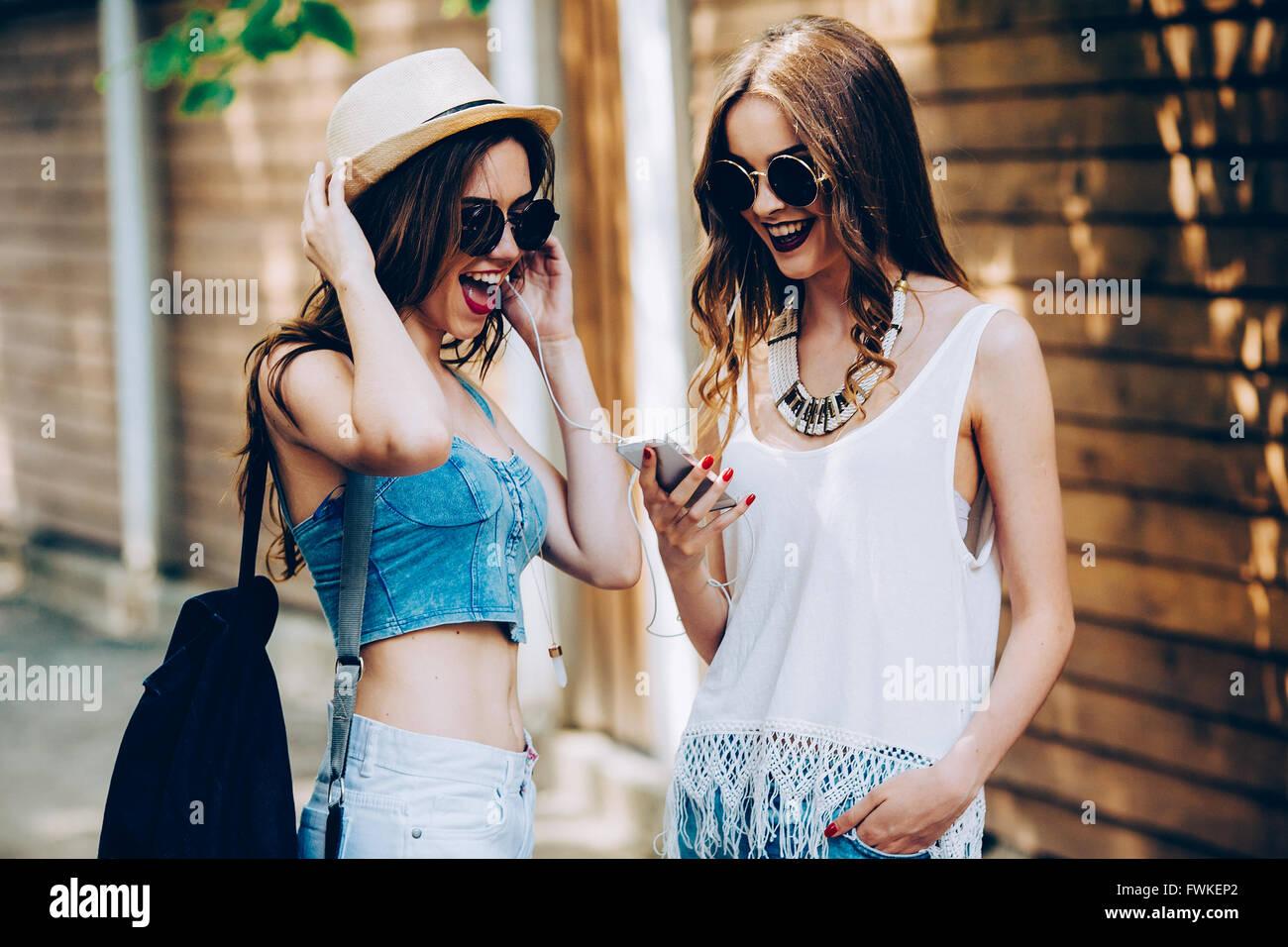 Zwei schöne junge Mädchen Stockbild