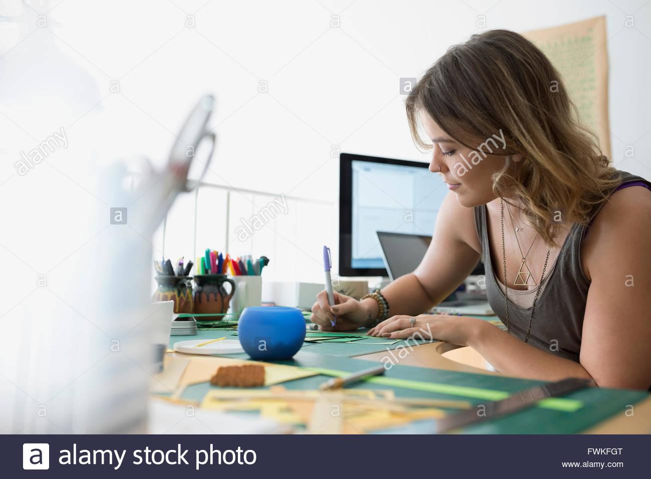 Handwerkerin schreiben am Schreibtisch im home-office Stockbild