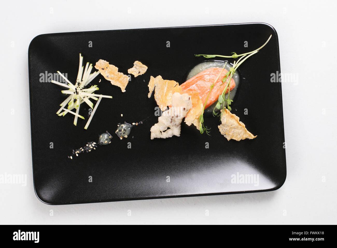 Geräucherter Lachs und Soße gekocht von Molekularküche technic Stockbild