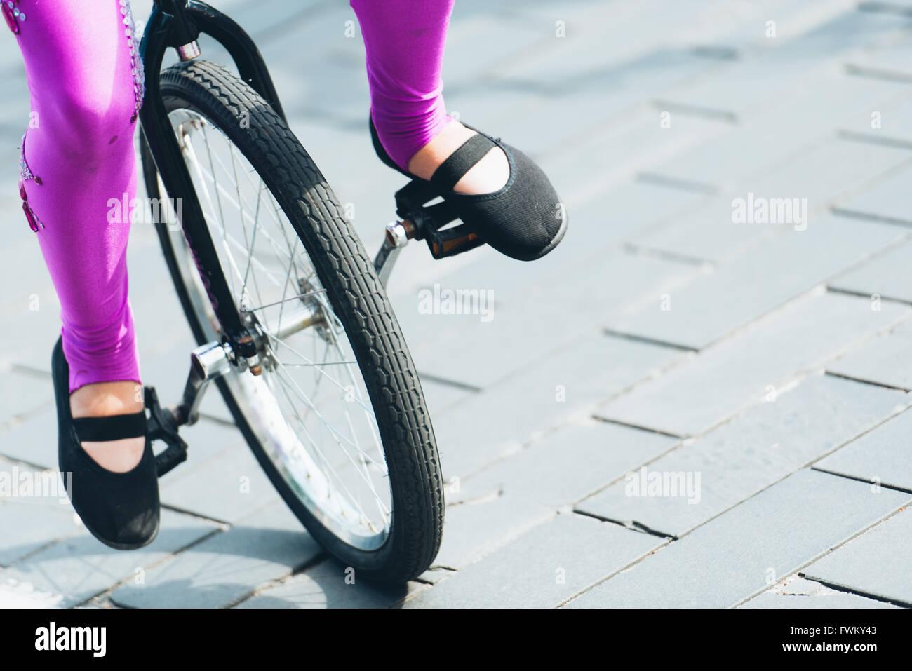 Geringer Teil der Frau mit Fahrrad auf der Straße Stockbild