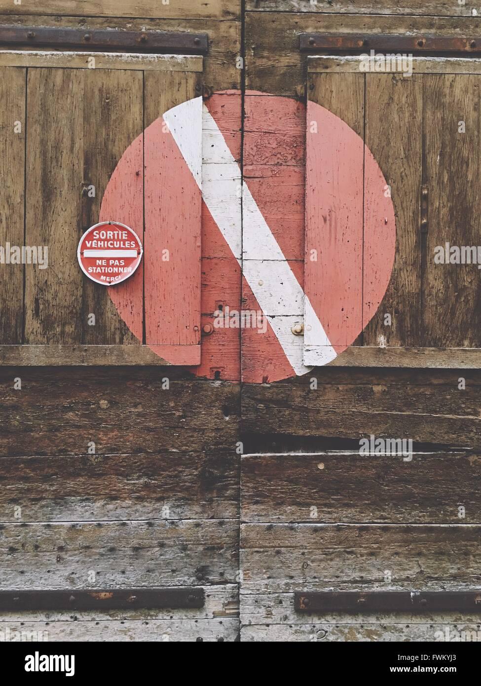 Kein Eintrag Zeichen auf geschlossene Holztür Stockbild