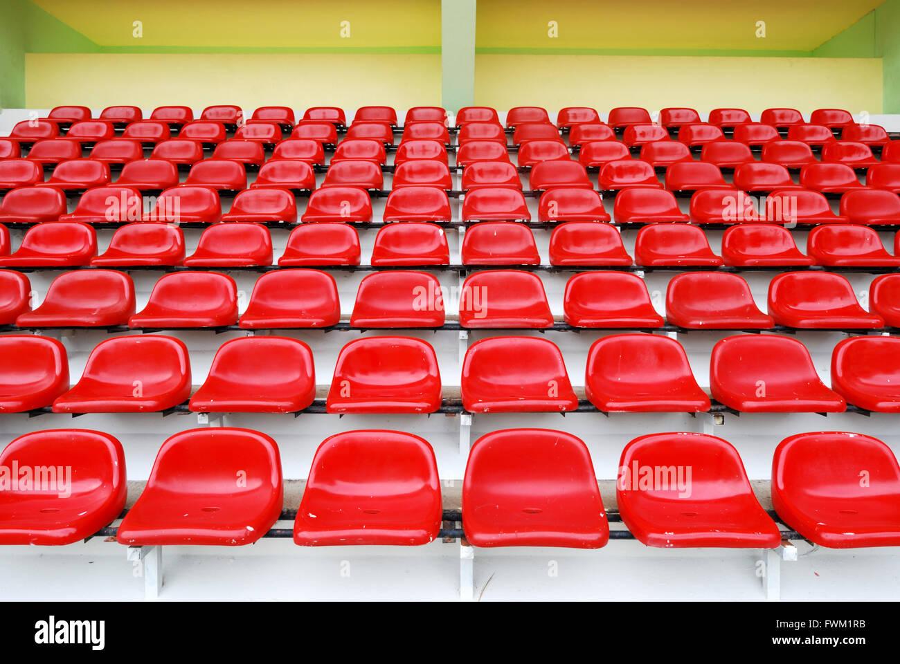 Rote Tribüne im Sportstadion Stockbild