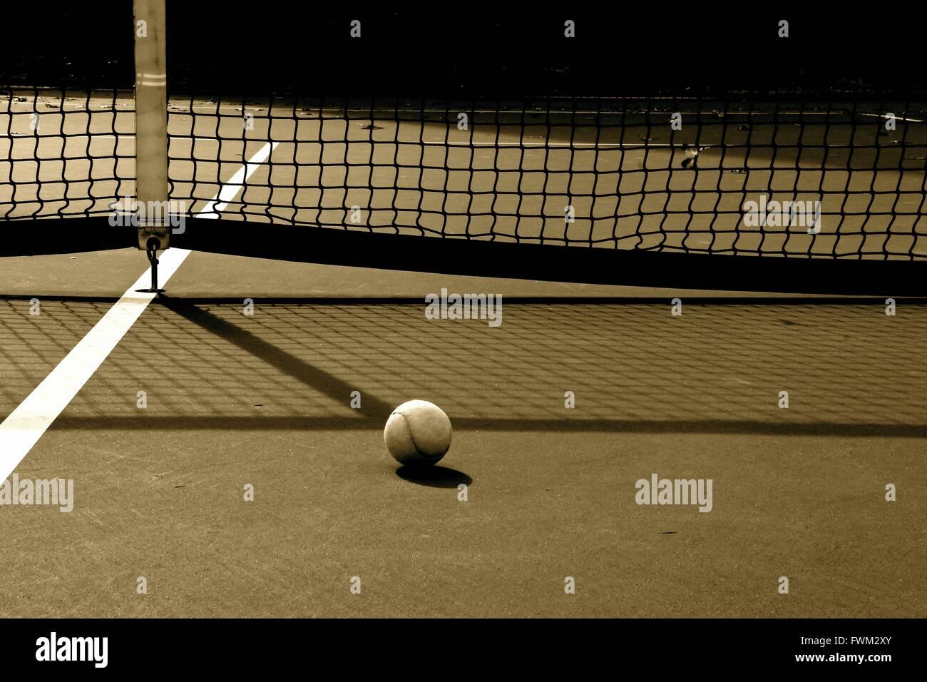 Tennisball gegen Netz am Hof Stockbild