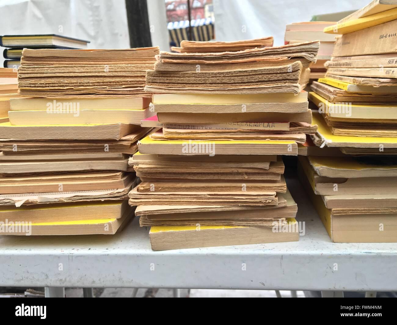 Stapel Bücher auf Tisch Stockbild