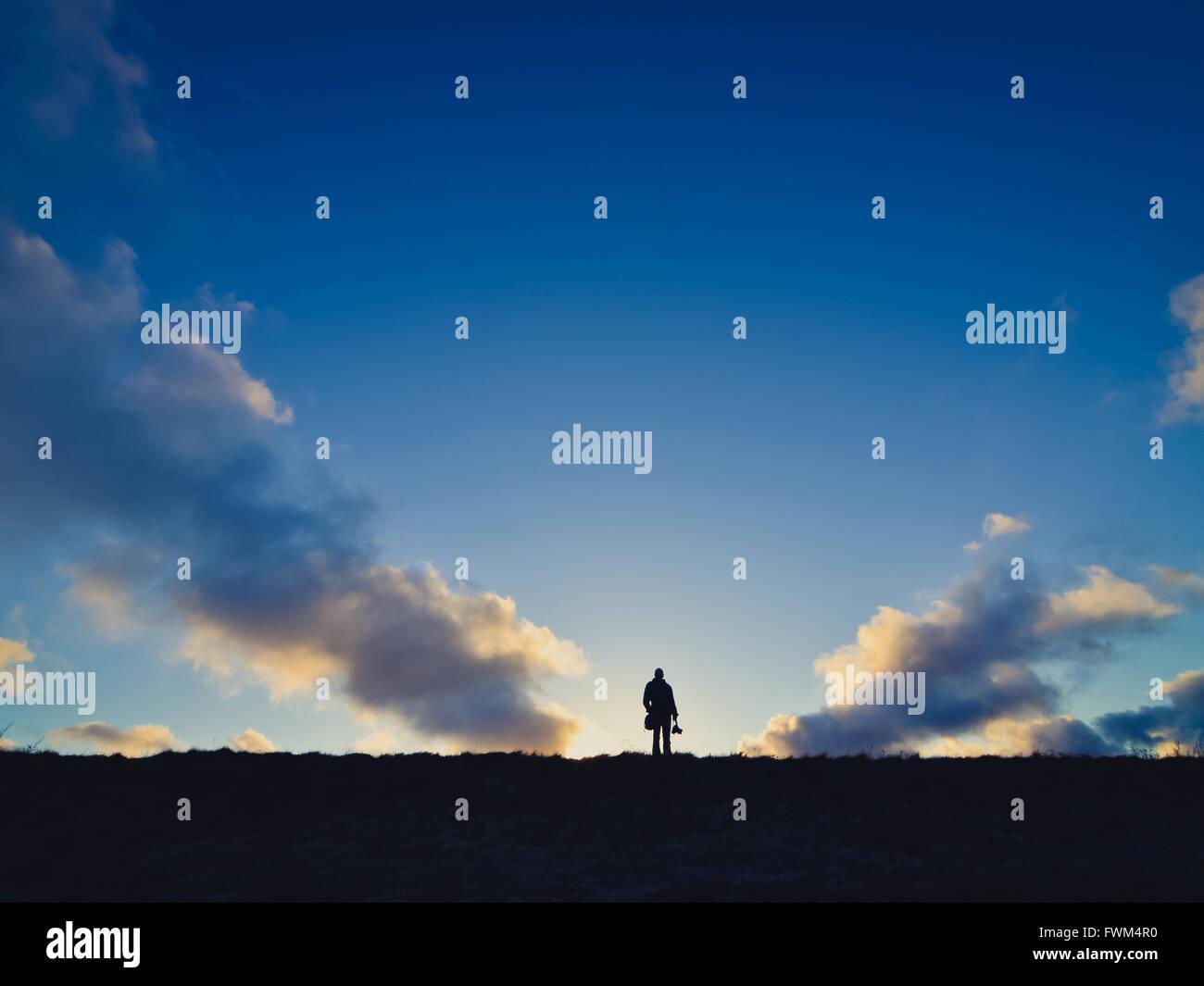 Fernsicht auf Silhouette Mann auf auffangene gegen Himmel bei Sonnenuntergang Stockbild