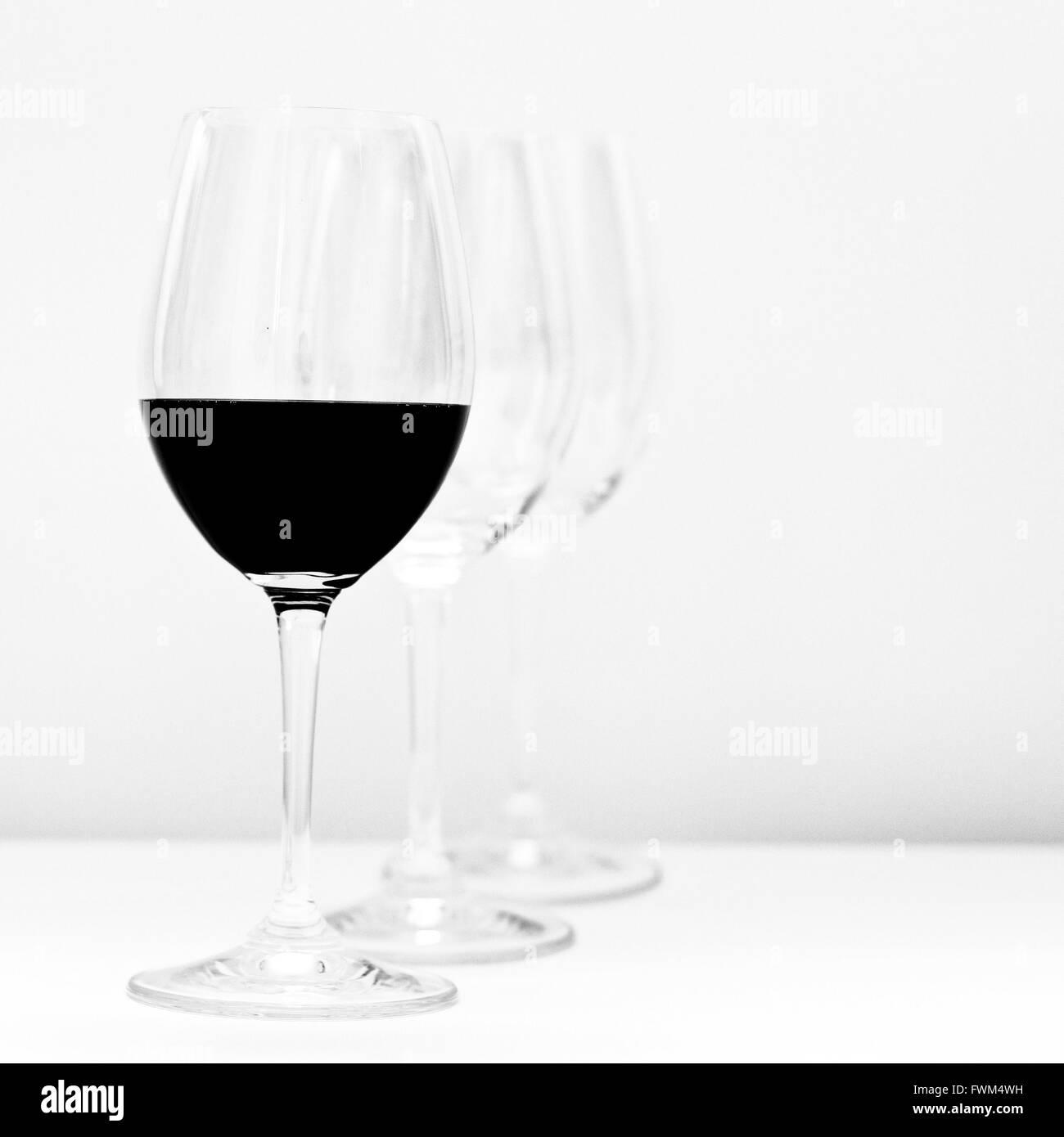 Wein, serviert am Tisch vor weißem Hintergrund Stockbild