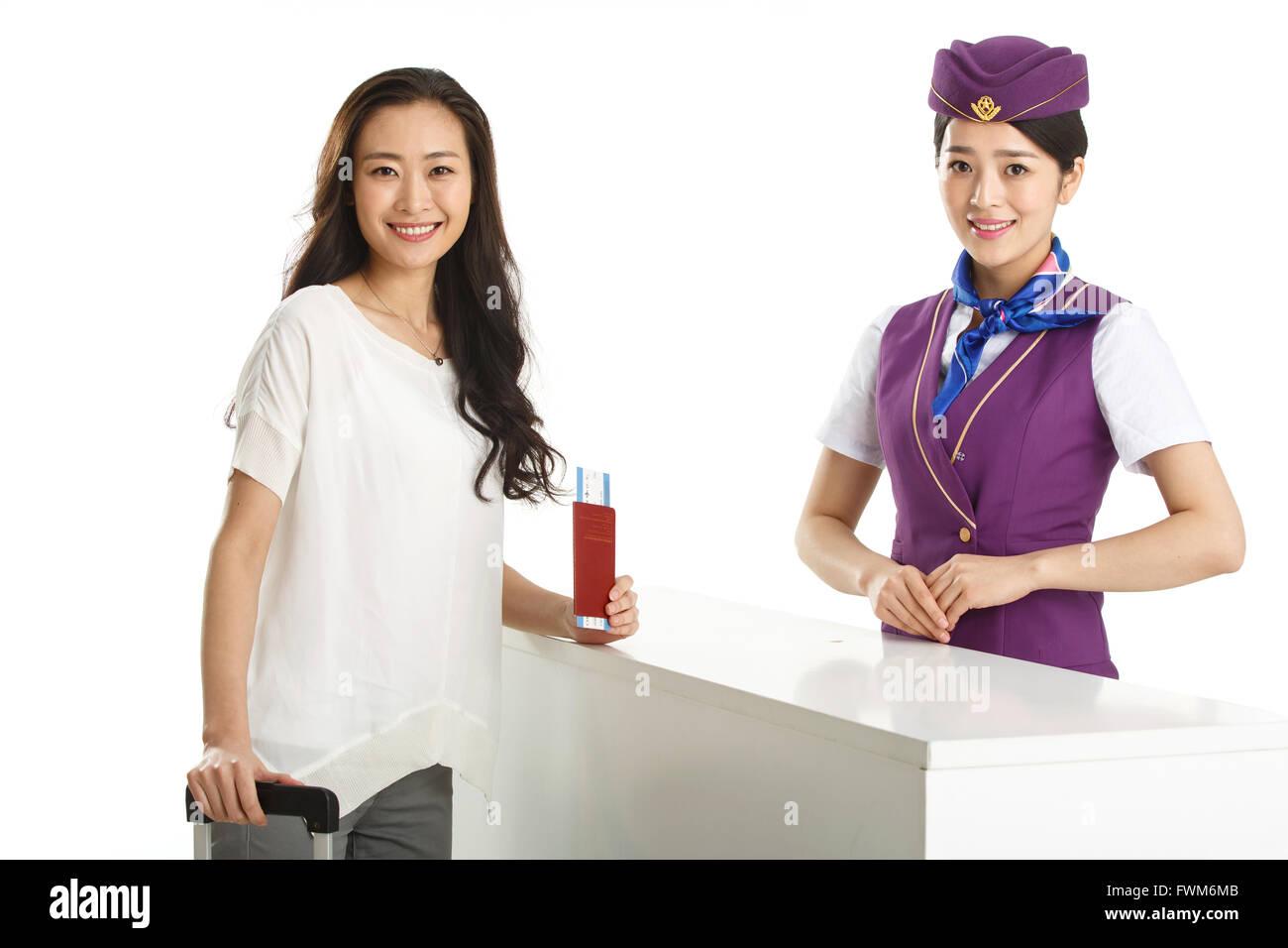 Junge weibliche Flugbegleiter und Passagiere Stockbild