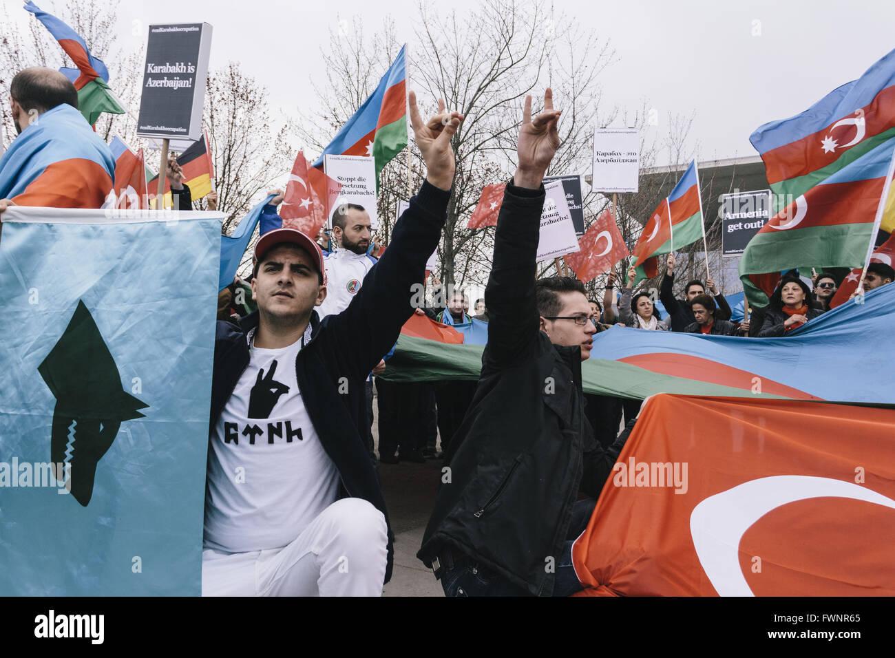 Berlin Berlin Deutschland 6 April 2016 Sympathisanten Von Den Grauen Wolfen Zeigen Ihre Anrede Wahrend Der Demonstration Der Aserbaidschanischen Und Turkischen Demonstranten Gegen Die Armenischen Prasidenten Serzh Sargsyan Vor Dem Bundeskanzleramt In