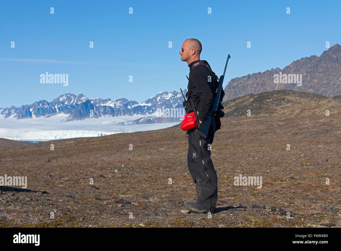 Eisbär-Wache, bewaffnet mit Gewehr auf der Suche nach Eisbären, Spitzbergen, Norwegen Stockbild