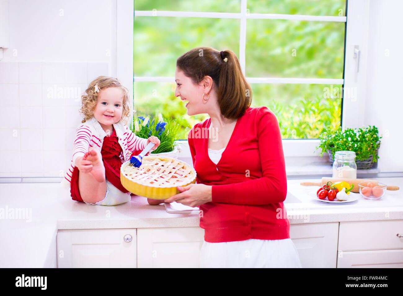 Junge Mutter Und Ihre Entzuckende Tochter Nette Lustige Kleinkind