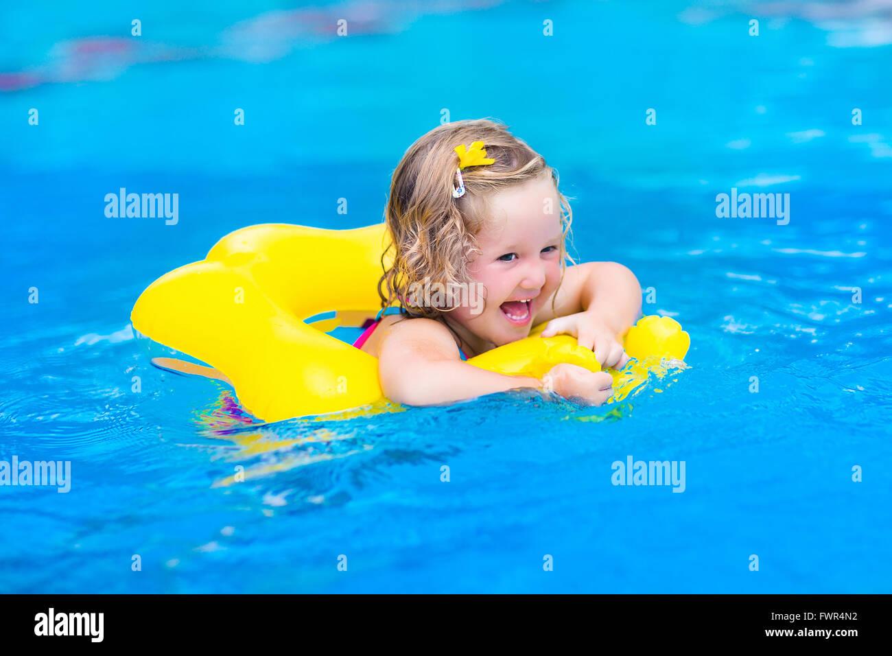 Toddler inflatable toy beach stockfotos