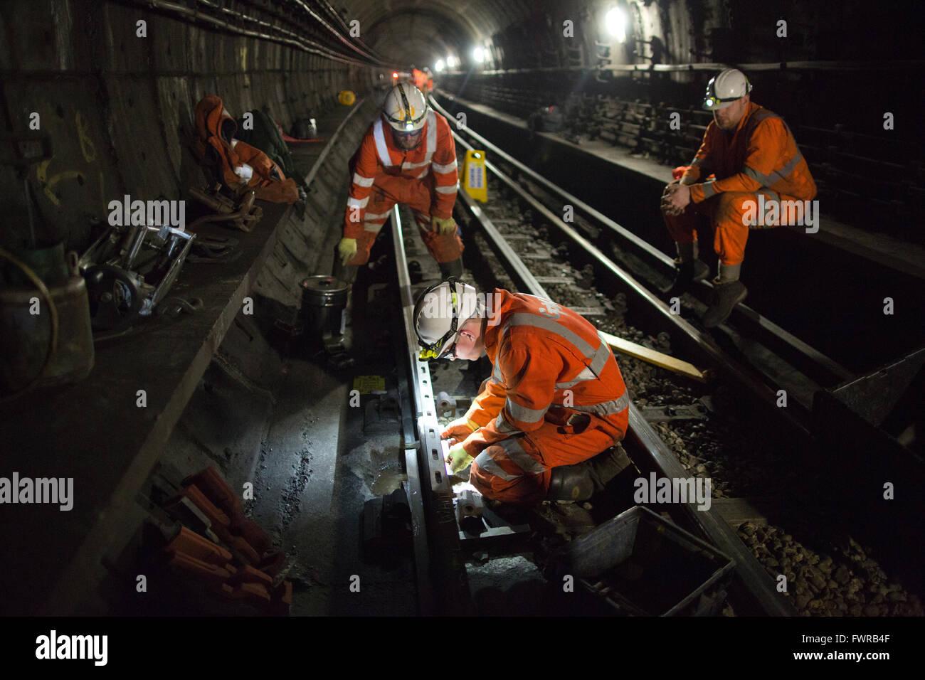 Ingenieure bereiten Ersatz Track Komponenten vor der Verwendung von Thermit Schweißen am Londoner U-Bahn Gleis, Stockbild