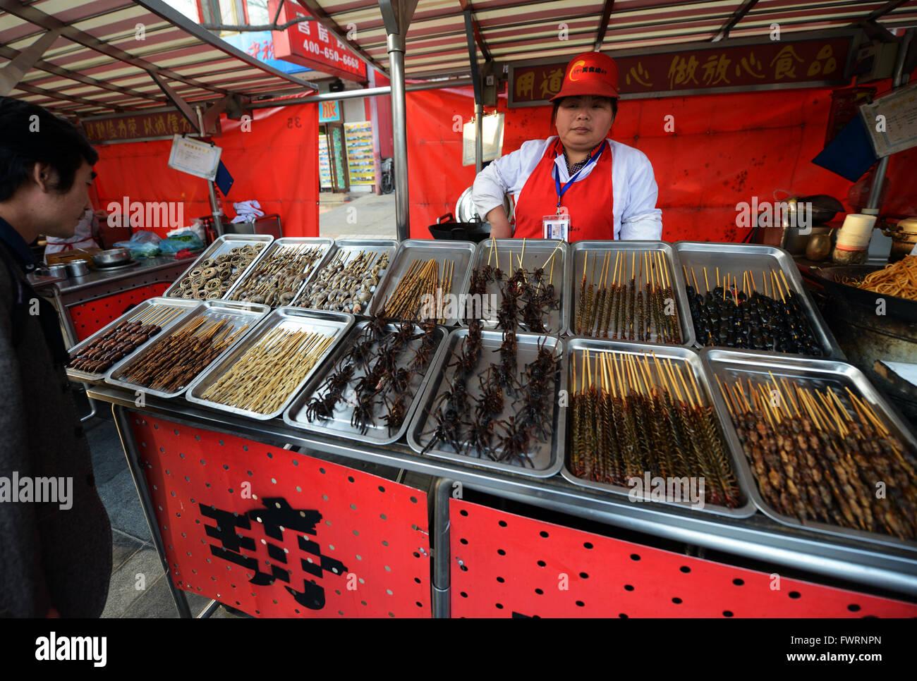 Spinnen, Skorpione, Larve und andere bizarre Insekten verkauft in einem Stall auf dem lebhaften Straße Lebensmittelmarkt Stockbild