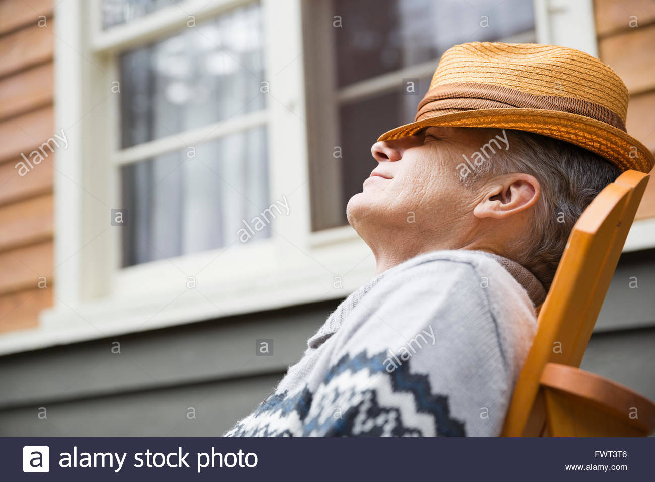 Entspannende außerhalb von mittlerem Alter Mann Stockbild