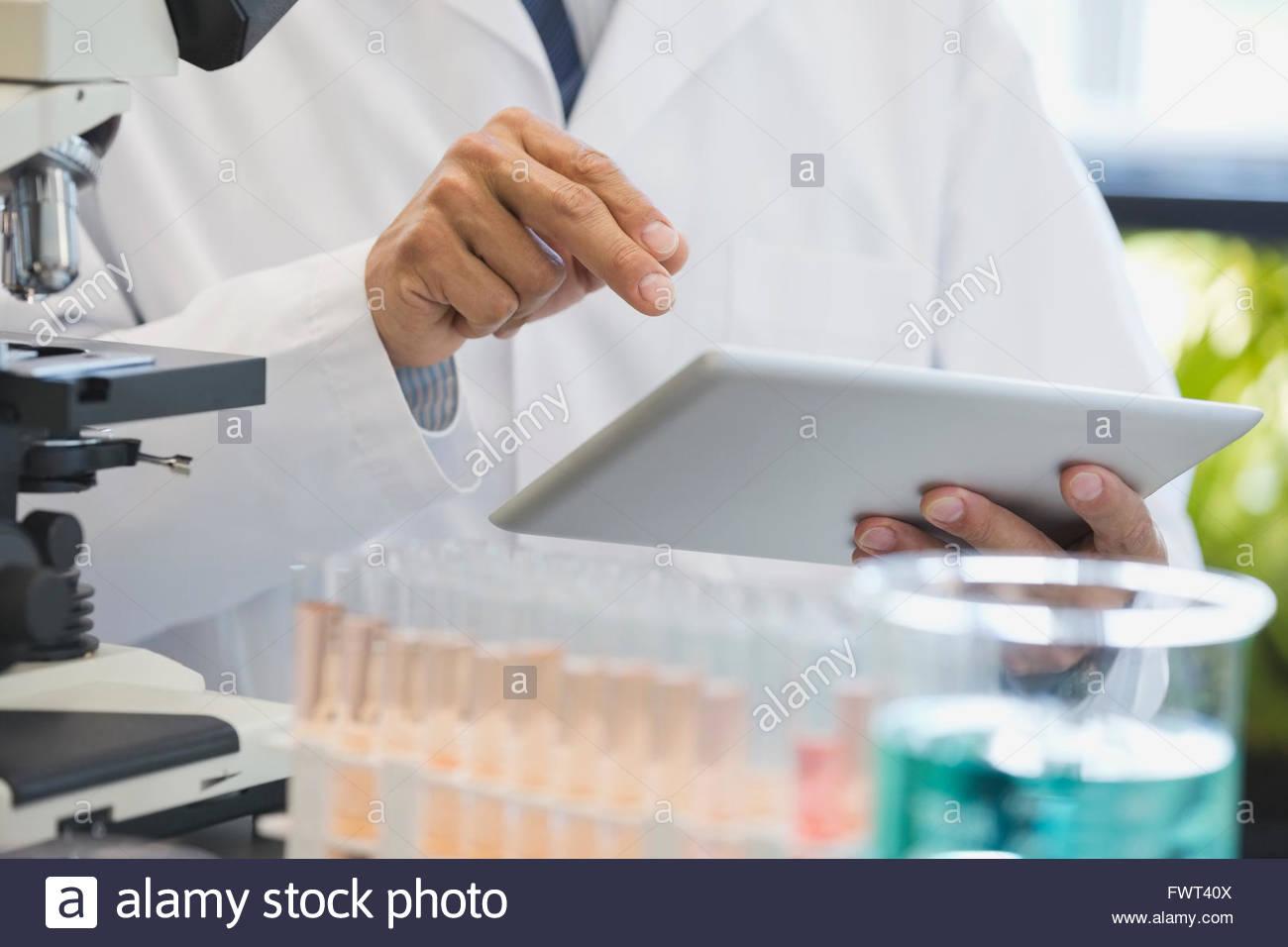 Mittelteil des Wissenschaftlers mit digital-Tablette im Labor Stockbild