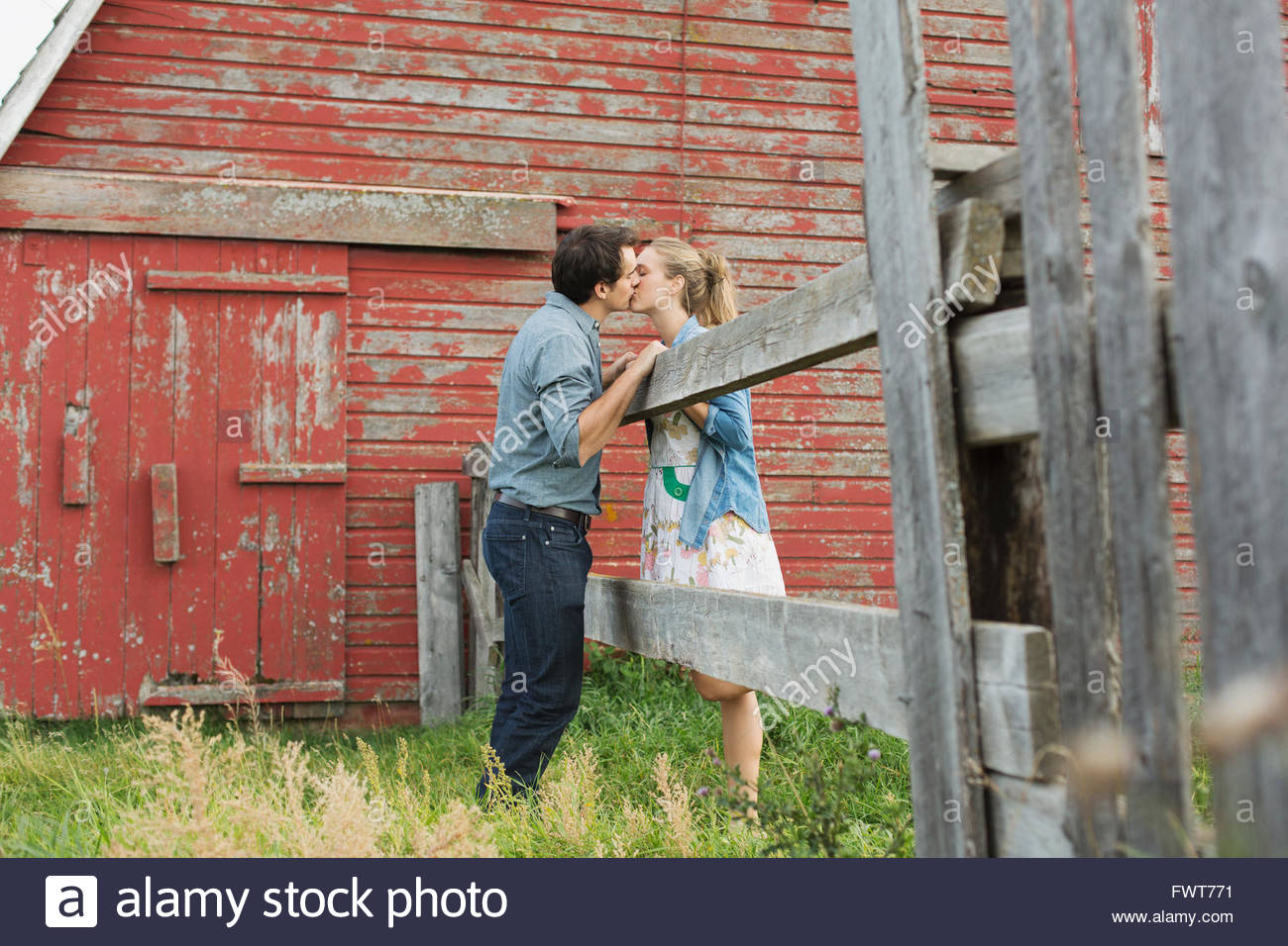 Paar küssen vor der Scheune. Stockbild