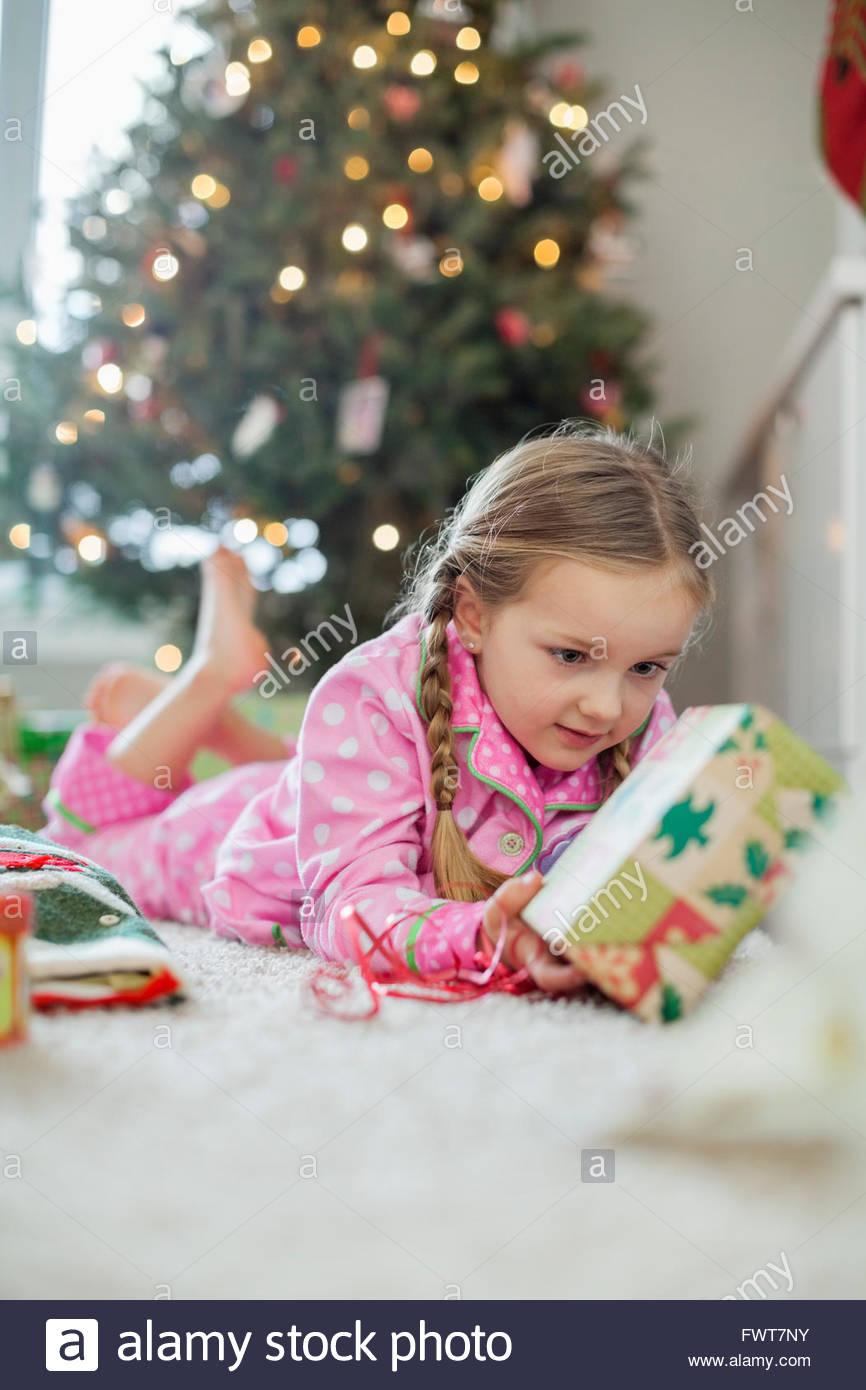 Kleines Mädchen Auspacken Weihnachtsgeschenk Stockfoto, Bild ...