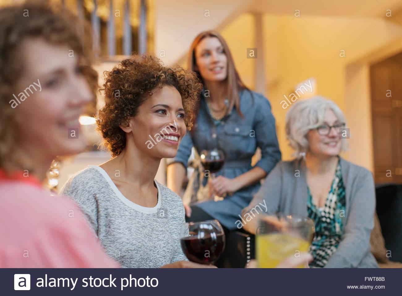 Genießen Sie einige Freundinnen Wein zu Hause. Stockbild