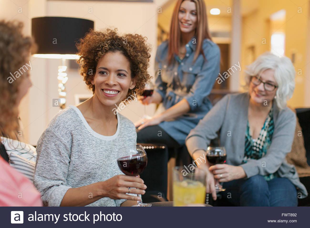 Freunde, genießen, Wein und Unterhaltung zu Hause. Stockbild
