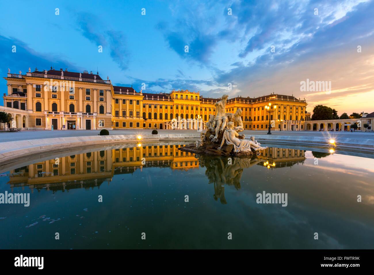 Schönbrunn Palace Wien in der Abenddämmerung Stockfoto