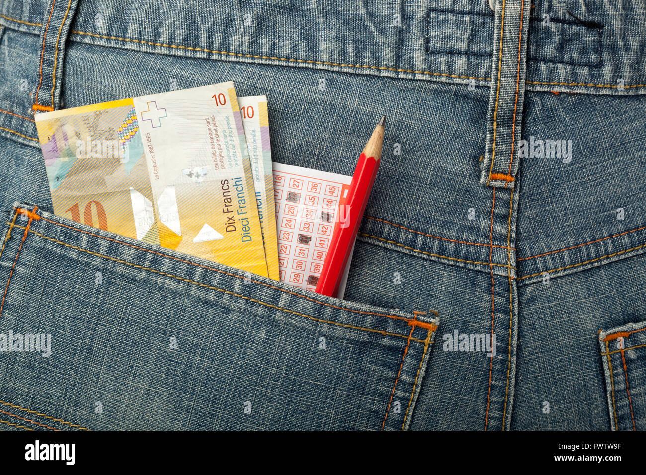 Schweizer Geld und Lotto Wetten schlüpfen in Gesäßtasche Stockbild