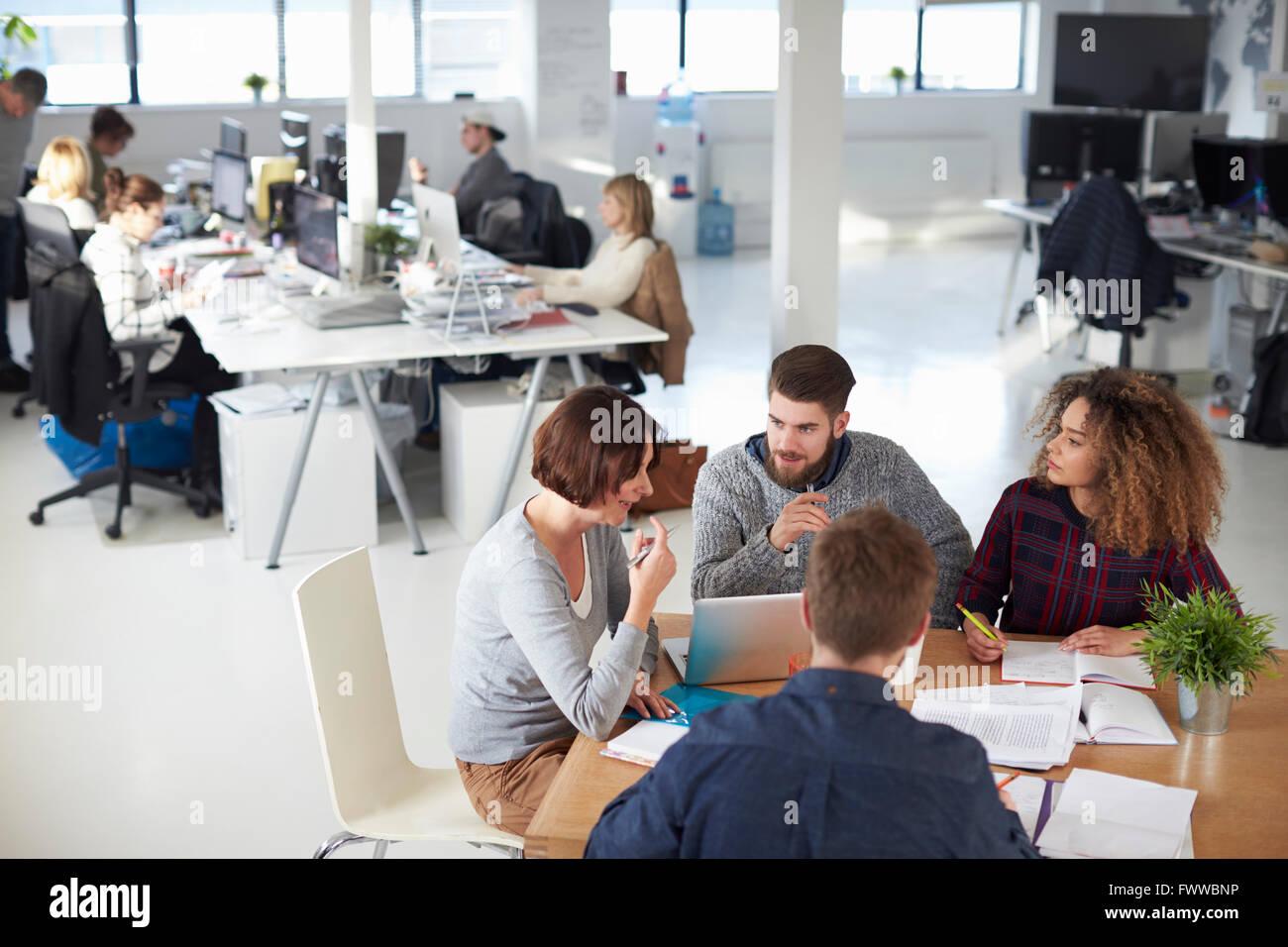 High Angle View Of Business-Meeting In modernen beschäftigt Büro Stockbild