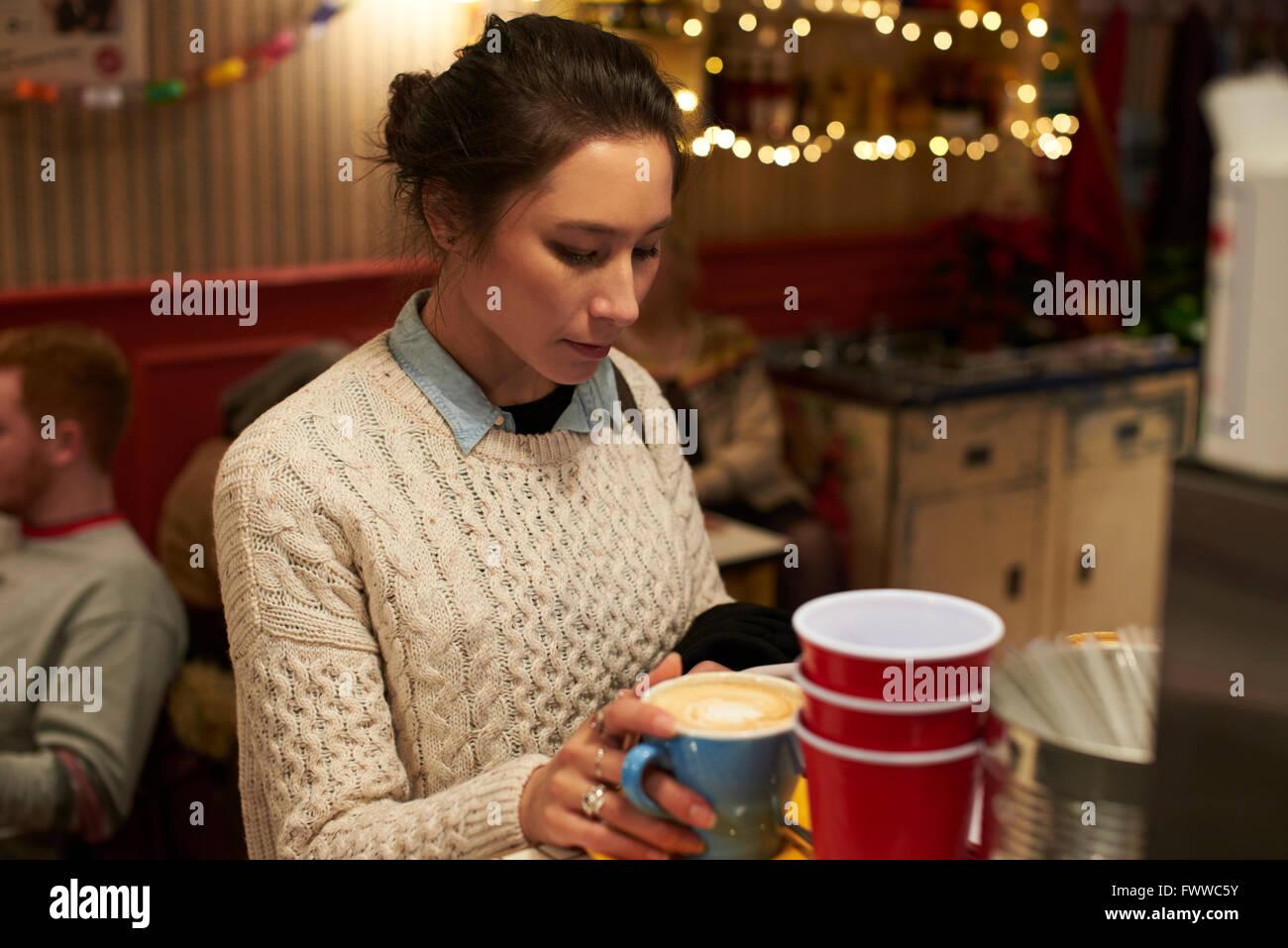 Abend-Schuss der jungen Frau In Café entspannen Stockbild