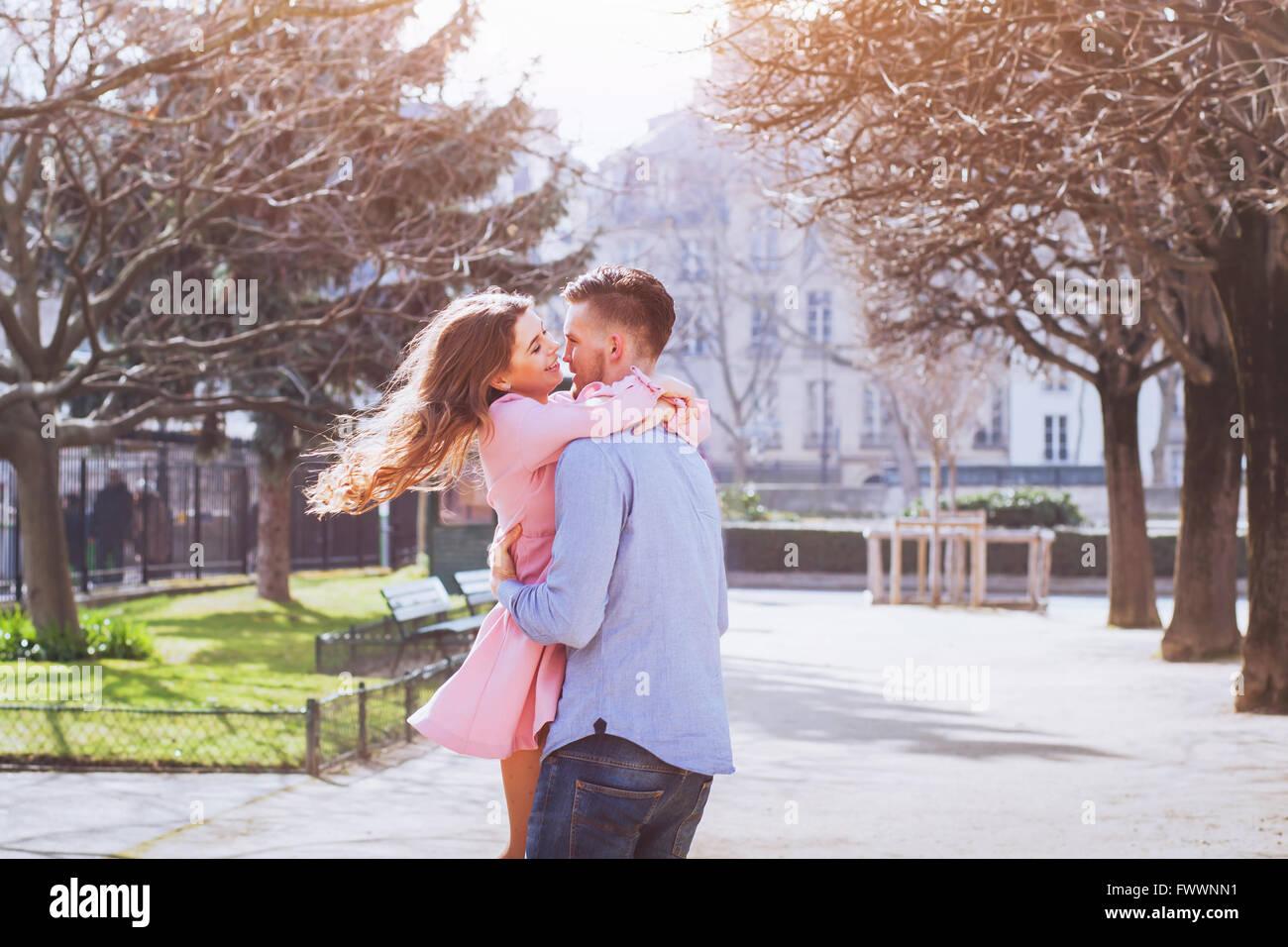 glückliches junges Paar Spaß zusammen Stockbild