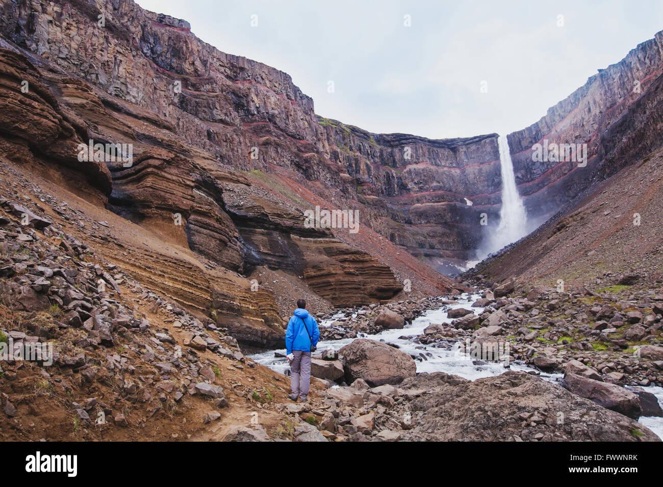 Wanderer zu Fuß zum Hengifoss Wasserfall in Island, schöne Landschaft Stockbild