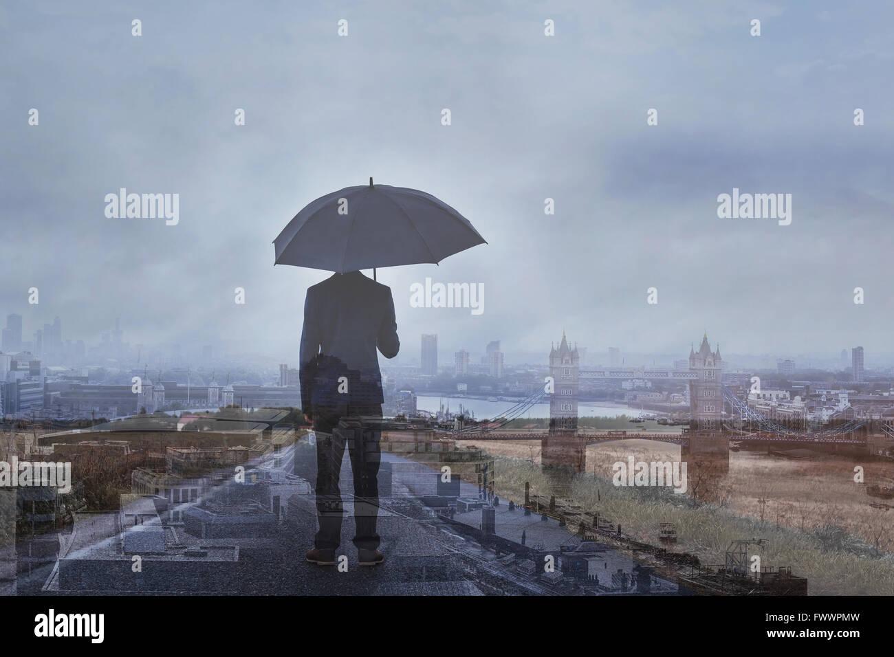 Doppelbelichtung Foto der Geschäftsmann mit Sonnenschirm und Skyline von London, Panoramablick über die Stockbild