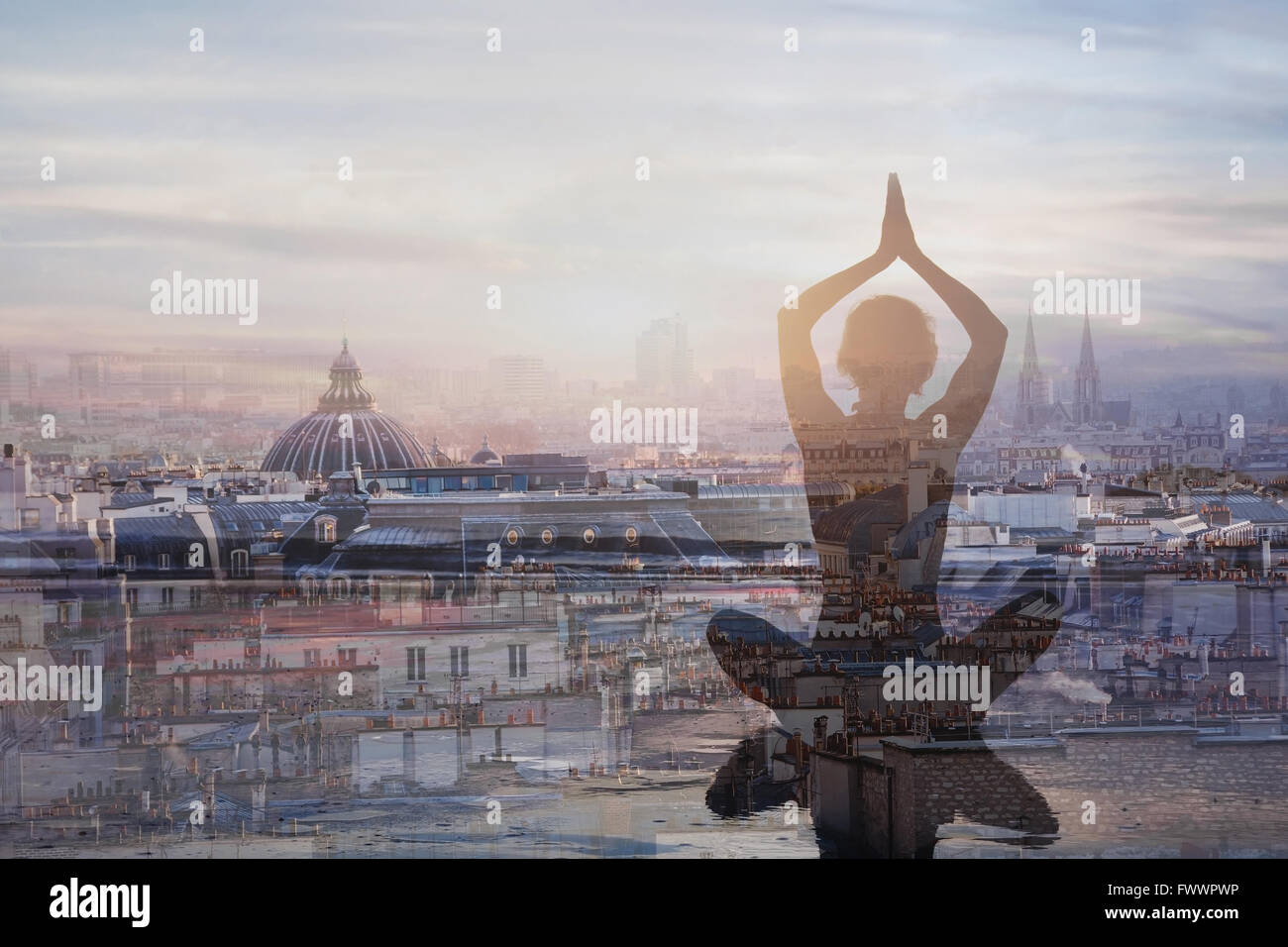 Yoga und Meditation in der Großstadt, Exposition, Achtsamkeit Konzept, Harmonie im Leben Stockbild