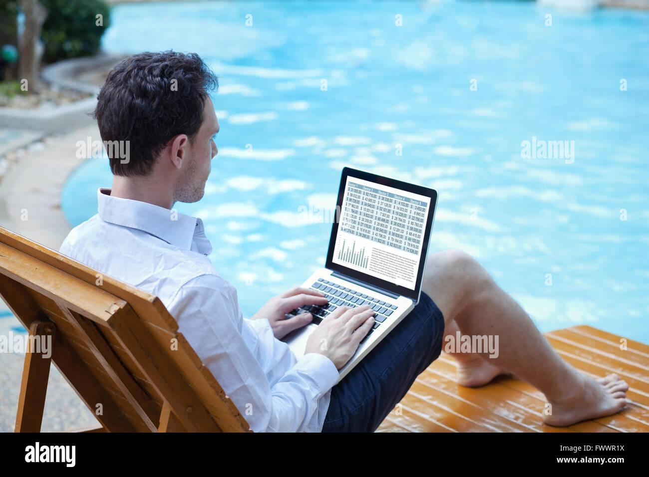 Börse online, Business Mann arbeitet mit finanziellen Daten online auf Laptop in der Nähe von Schwimmbad Stockbild