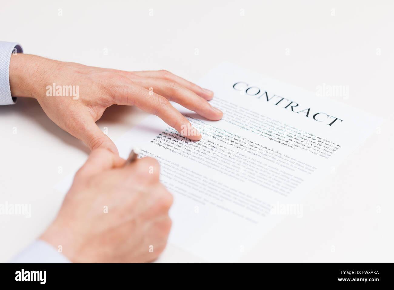 Nahaufnahme Von Männlichen Händen Vertrag Unterschreiben Stockfoto