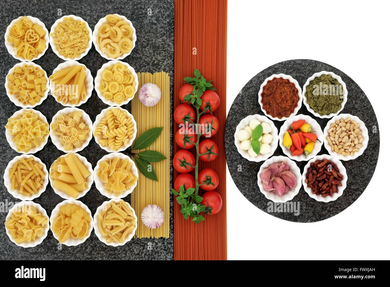 Italienische und mediterrane Küche Zutaten in Porzellanschalen auf ...