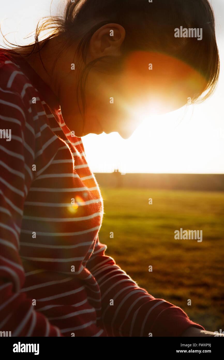 Südafrika, beleuchtet Rückseite Mitte Erwachsene Frau auf der Suche nach unten Stockfoto