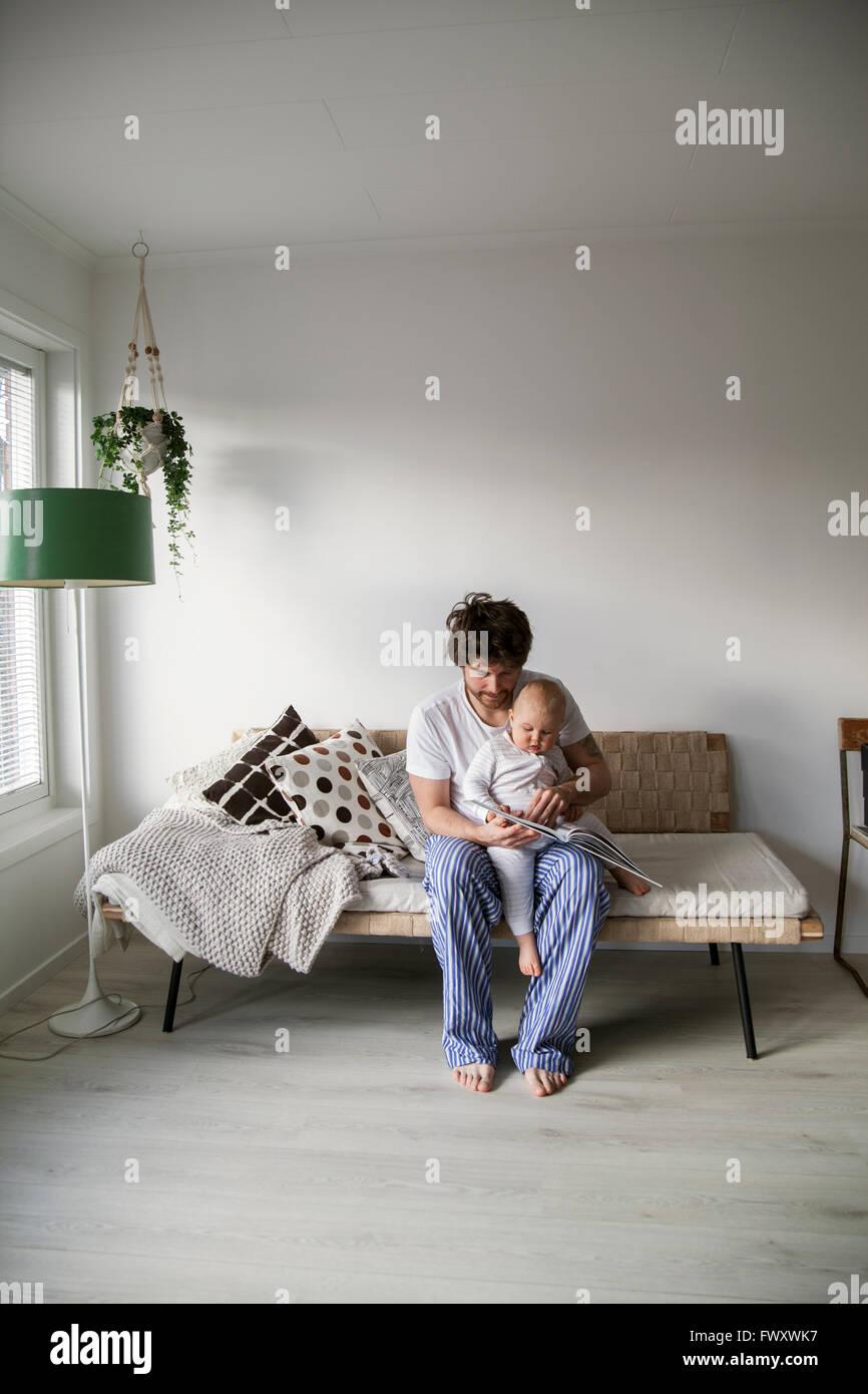 Schweden, Vater, Sohn (12-17 Monate) lesen Stockbild