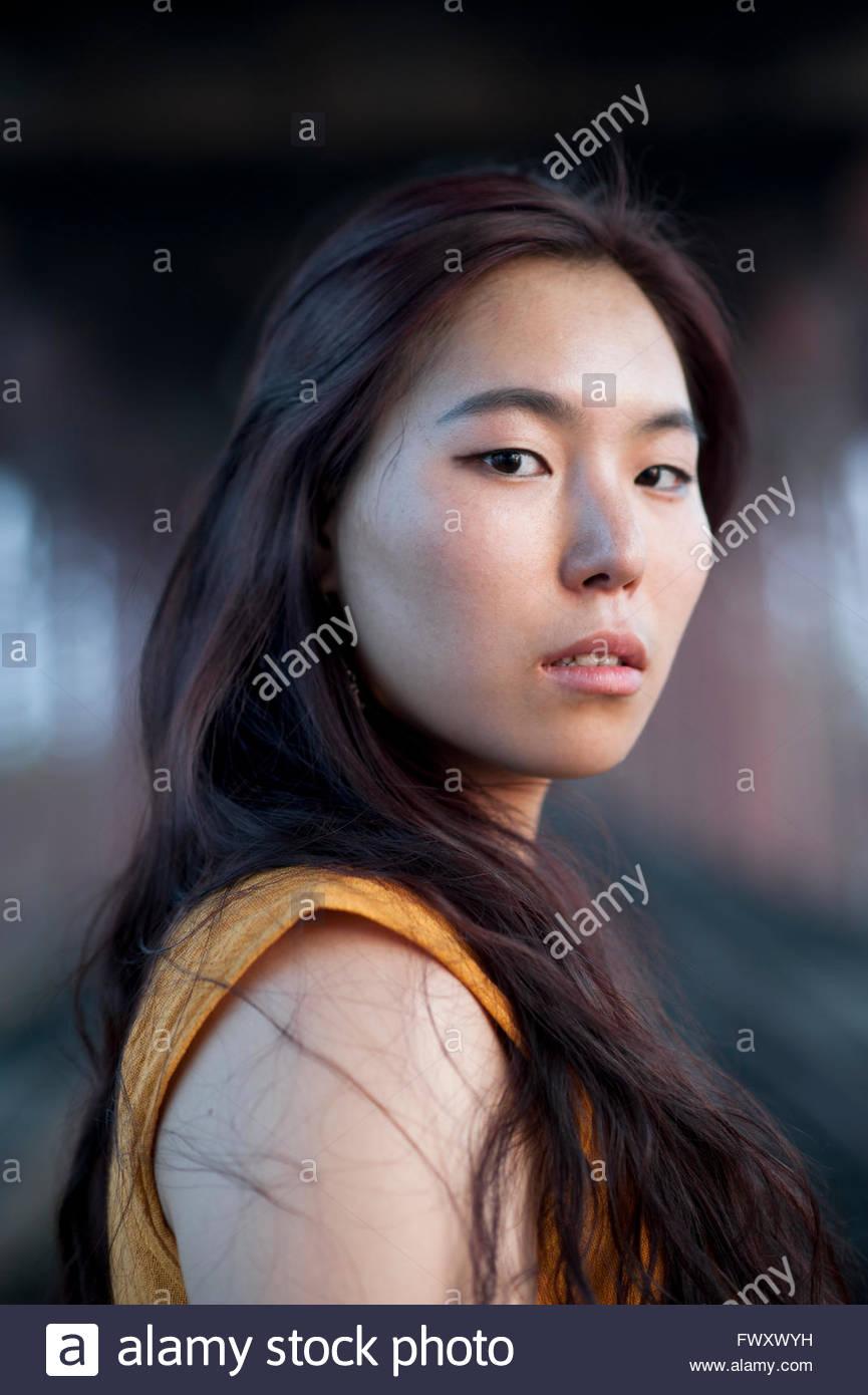 Indien, Uttar Pradesh, Varanasi, Porträt der jungen Frau unter Brücke Stockbild