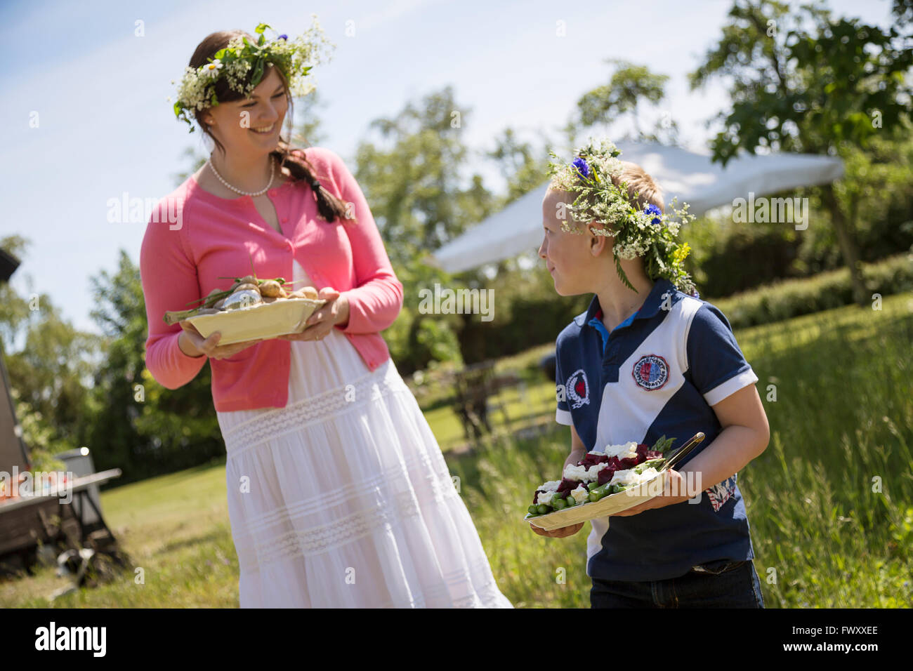 Schweden, Skane, Mädchen (6-7) im Gespräch mit Mutter während festival Stockbild