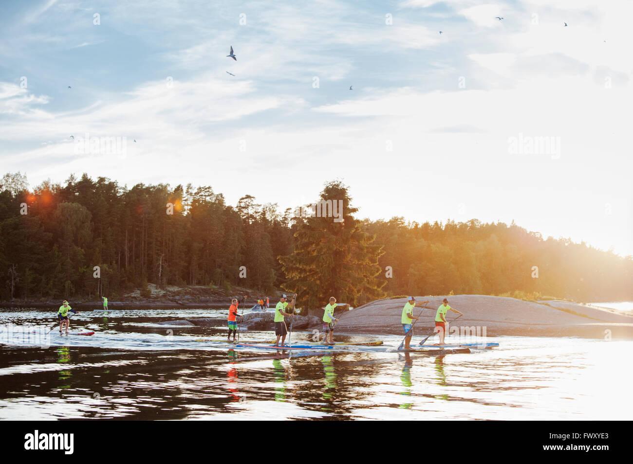 Finnland, Varsinais-Suomi, Eura, Paddler Ufer während der Rennen Stockbild