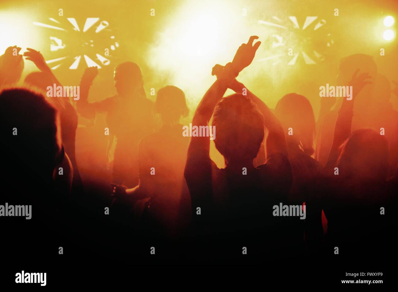 Finnland, Silhouetten von Menschen tanzen in Konzert Stockbild
