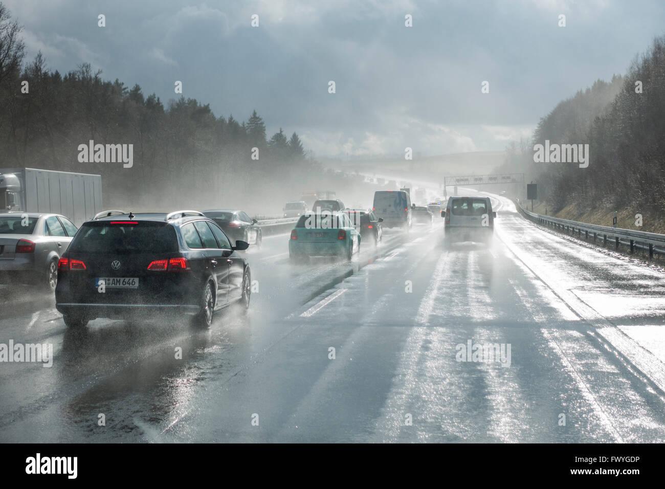 Autos überholen in den Regen, schlechte Sicht, Autobahn A9, Thüringen, Deutschland Stockbild