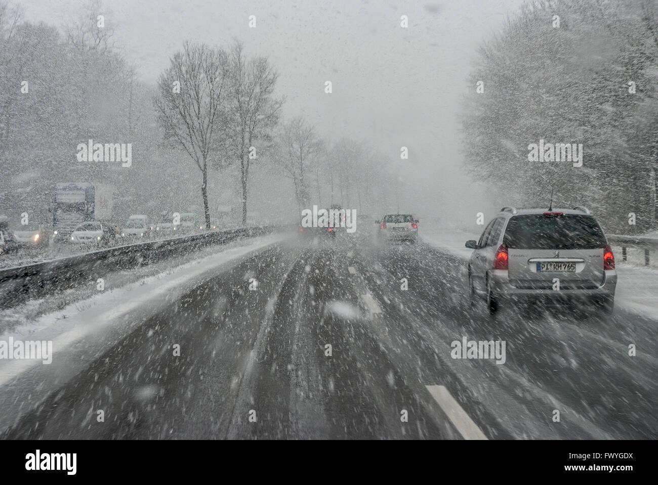 Autos mit fallenden Schnee und Eis, Autobahn A7, schlechte Sicht, Bayern, Deutschland Stockbild