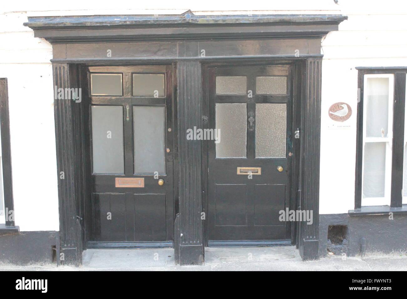 Schwarze Türen zwei schwarze türen stockfoto, bild: 102028083 - alamy