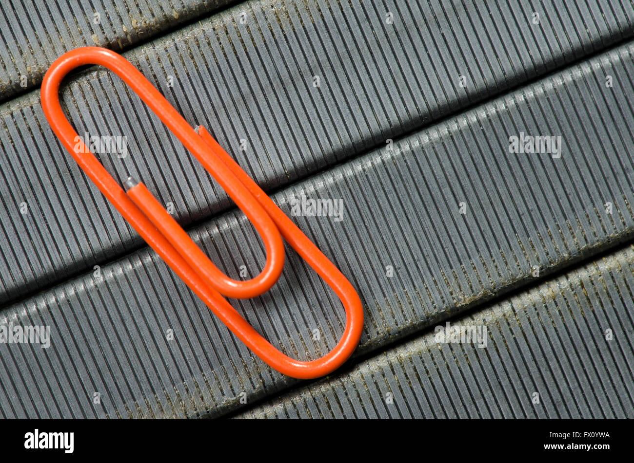 Orange Büroklammer auf Grundnahrungsmittel Draht Hintergrund als ...