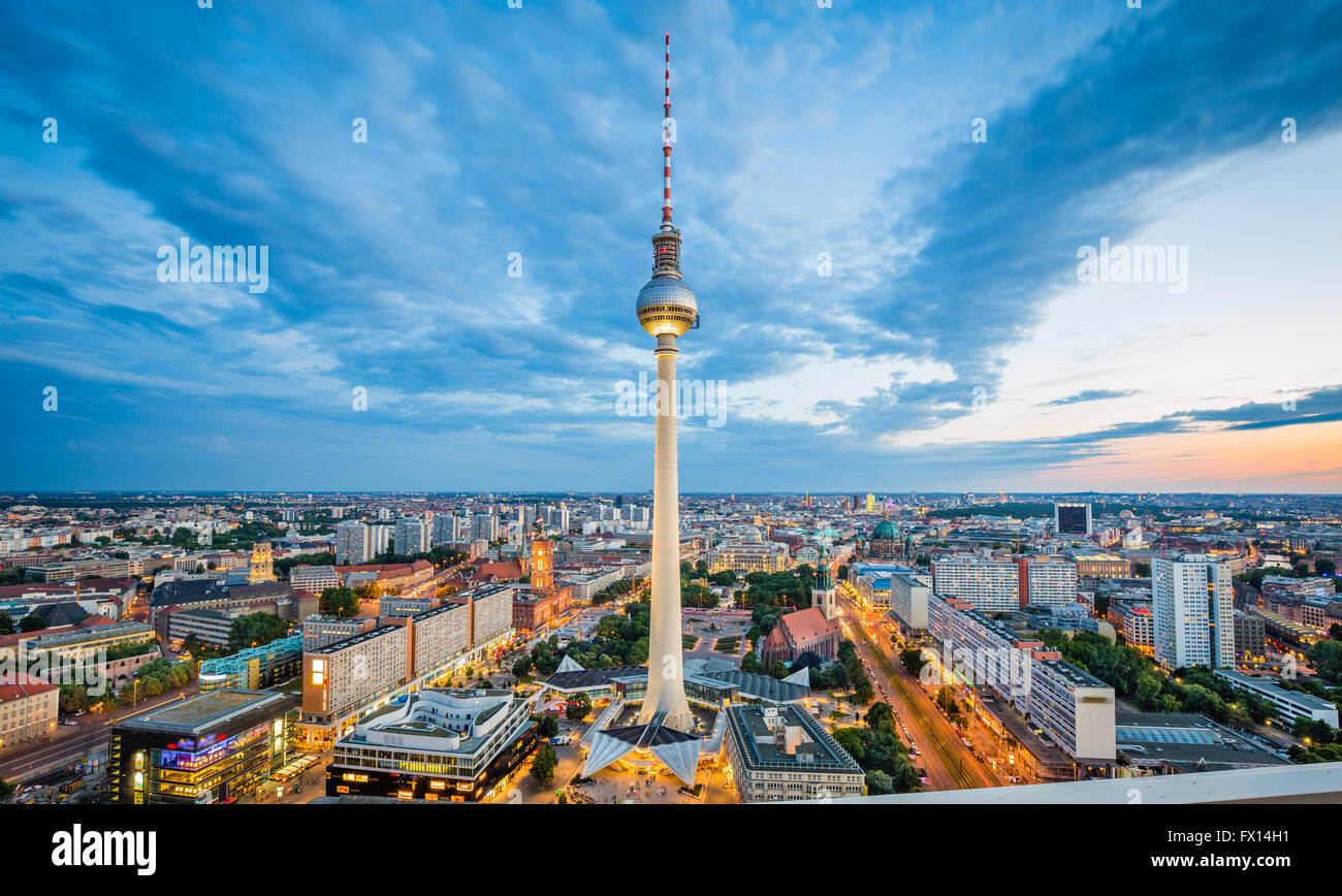 berlin alexanderplatz night stockfotos berlin alexanderplatz night bilder alamy. Black Bedroom Furniture Sets. Home Design Ideas