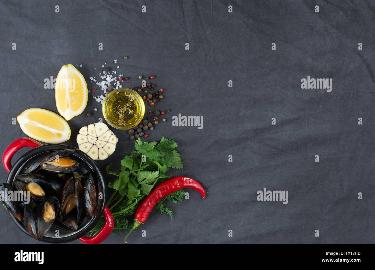 Auflauf mit Muscheln, Zitronen, Paprika und Gewürzen Stockbild