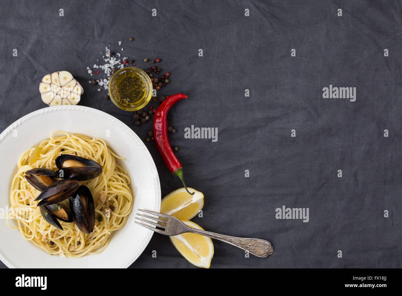 Pasta mit Muscheln, Zitronen, Chili-Pfeffer und Gewürze Stockbild