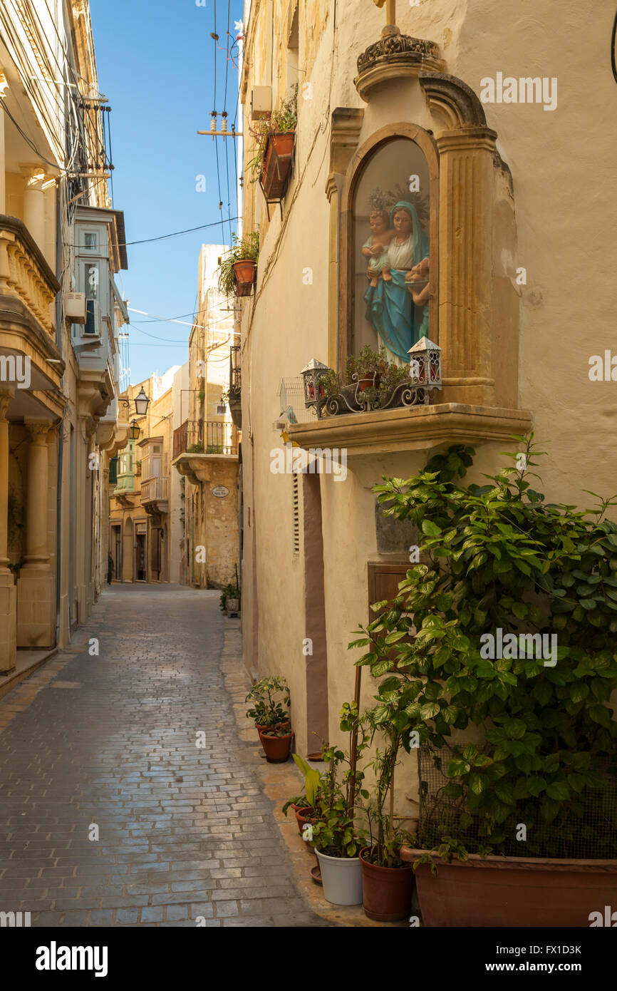 Eine schmale Straße in Victoria (Rabat), Gozo, Malta. Stockbild