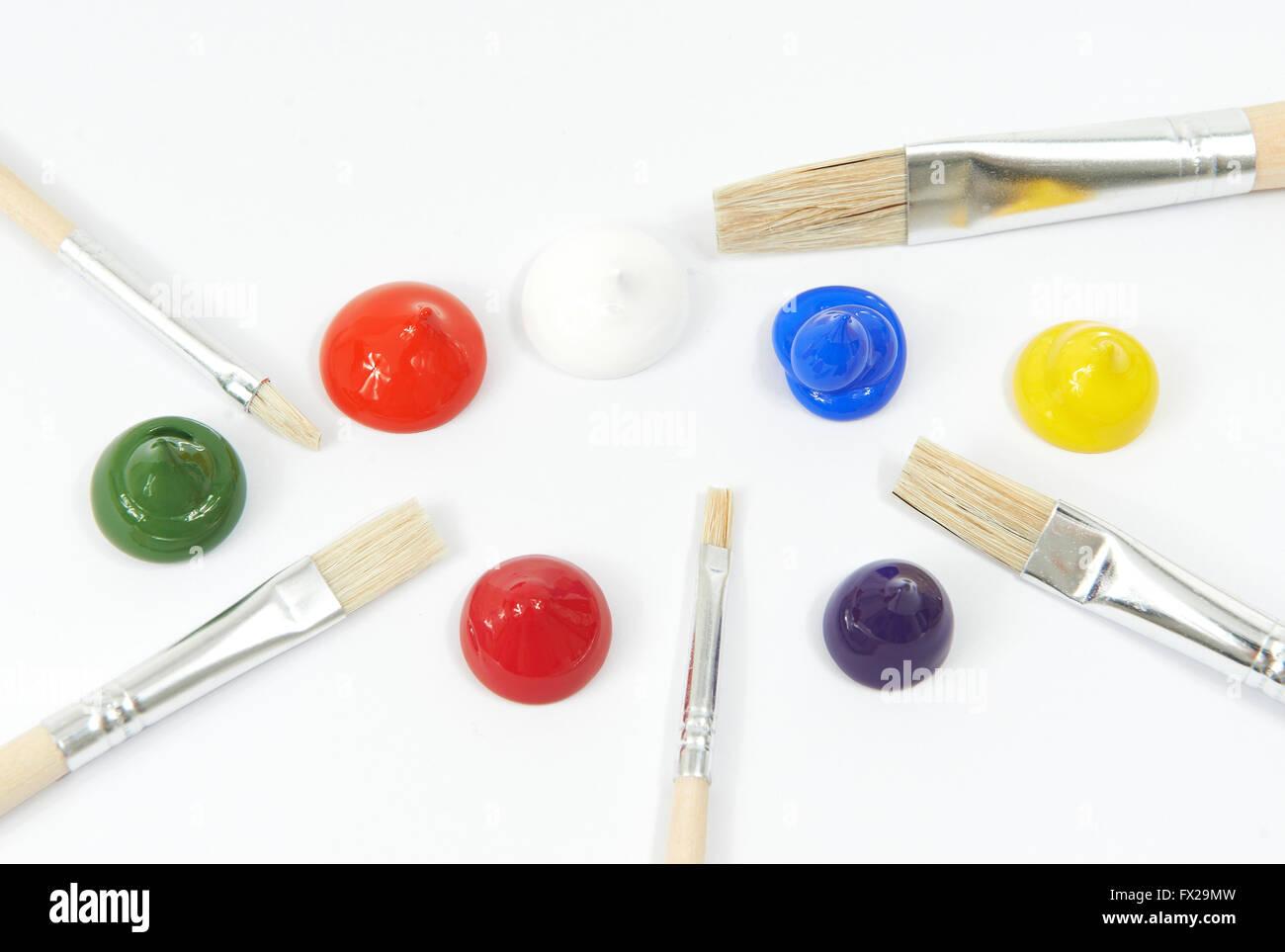 Acryl Farben und Lack Pinsel auf weißem Hintergrund Stockbild