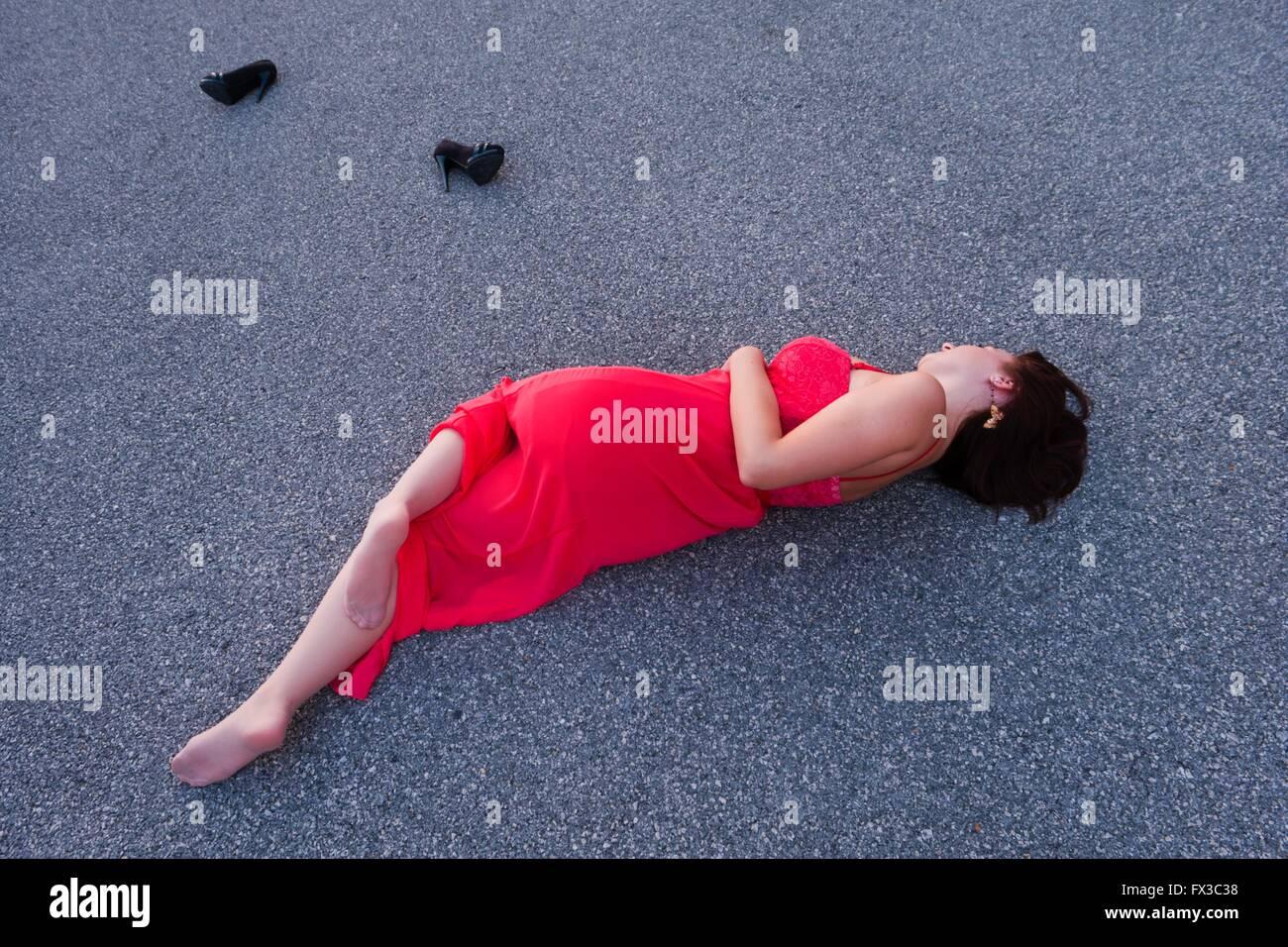 Auf Straße Getrennt Schuhe Liegend In Langen Roten Kleid Junge Frau